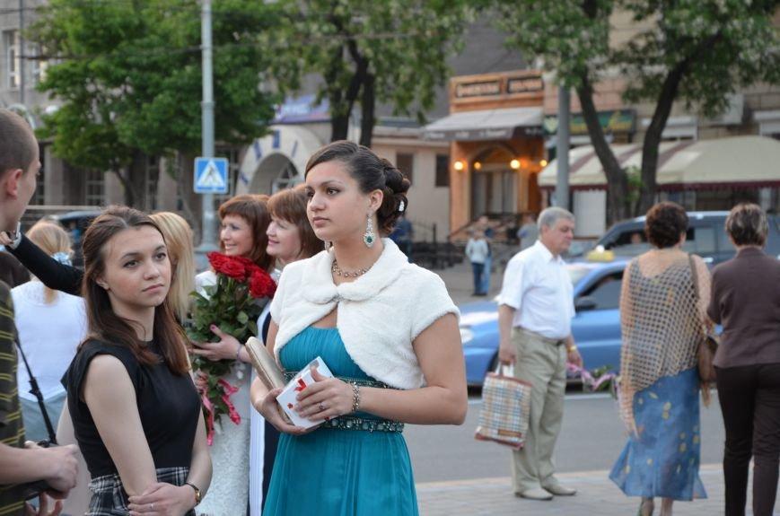 В Мариуполе выпускники поражали нарядами и лимузинами (ФОТО), фото-4