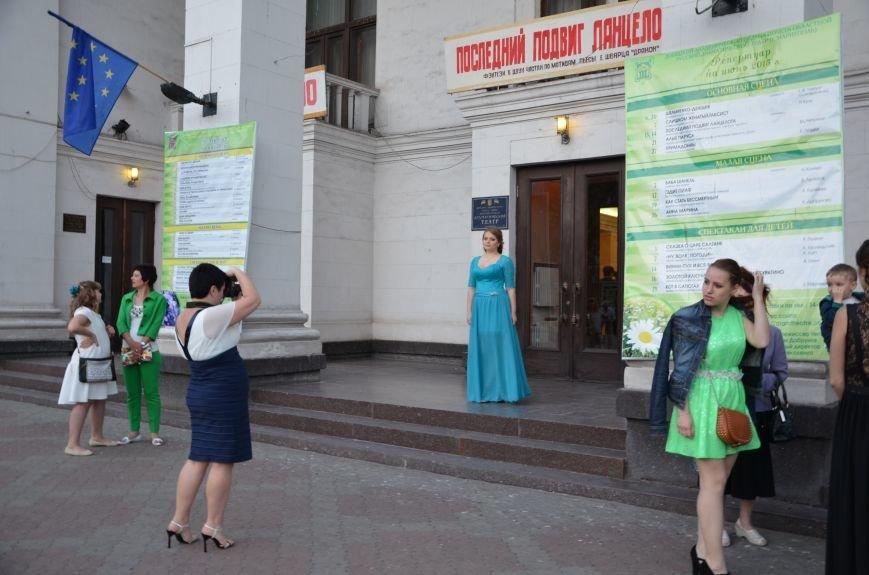 В Мариуполе выпускники поражали нарядами и лимузинами (ФОТО), фото-30