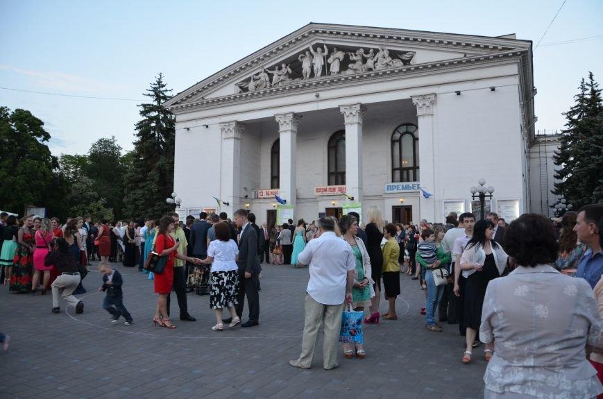 В Мариуполе выпускники поражали нарядами и лимузинами (ФОТО), фото-39