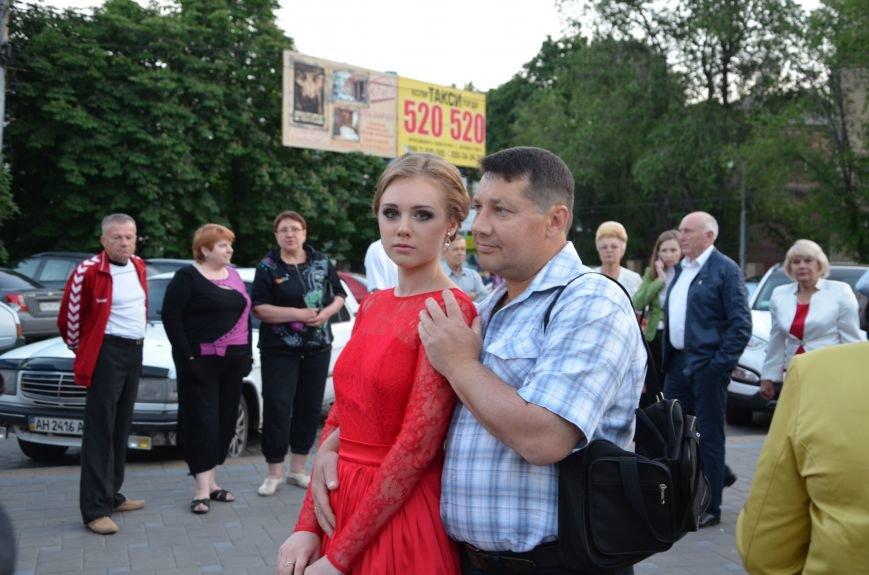 В Мариуполе выпускники поражали нарядами и лимузинами (ФОТО), фото-27