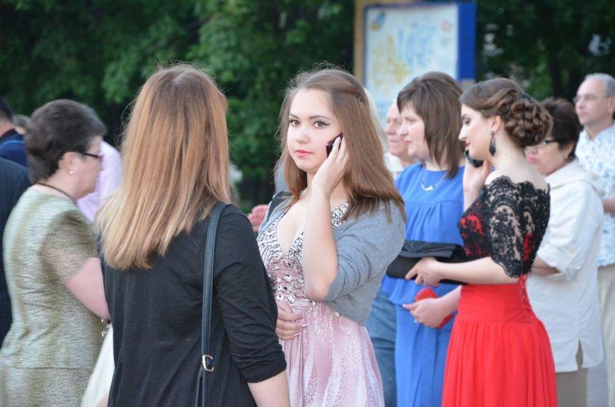 В Мариуполе выпускники поражали нарядами и лимузинами (ФОТО), фото-31