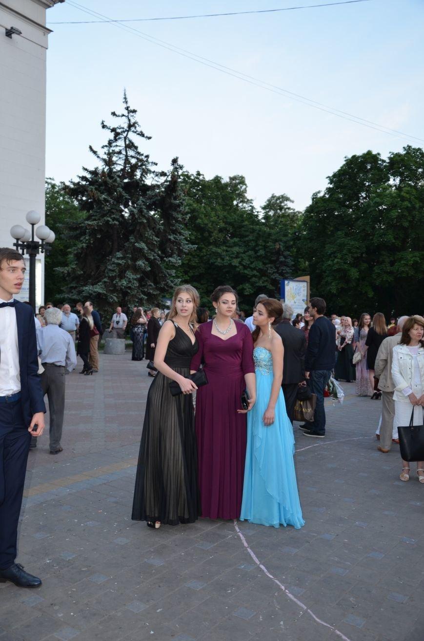 В Мариуполе выпускники поражали нарядами и лимузинами (ФОТО), фото-10