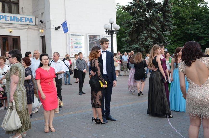 В Мариуполе выпускники поражали нарядами и лимузинами (ФОТО), фото-7