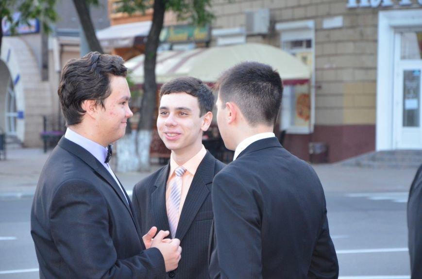 В Мариуполе выпускники поражали нарядами и лимузинами (ФОТО), фото-6