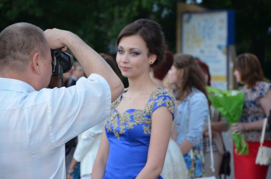 В Мариуполе выпускники поражали нарядами и лимузинами (ФОТО), фото-32