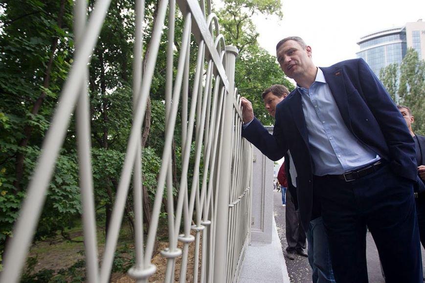 В Киеве открыли обновленный забор вдоль ботсада им. Фомина (ФОТО) (фото) - фото 1