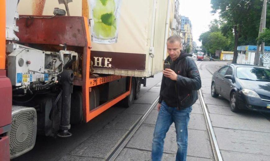 В Киеве владелец МАФа угрожал коммунальщикам пистолетом (ФОТО) (фото) - фото 1