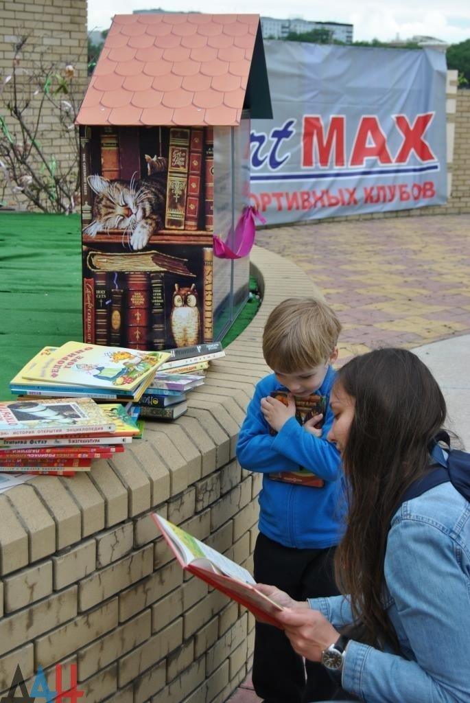 Читают все! В Донецке открылась первая уличная мини-библиотека (фото) - фото 1