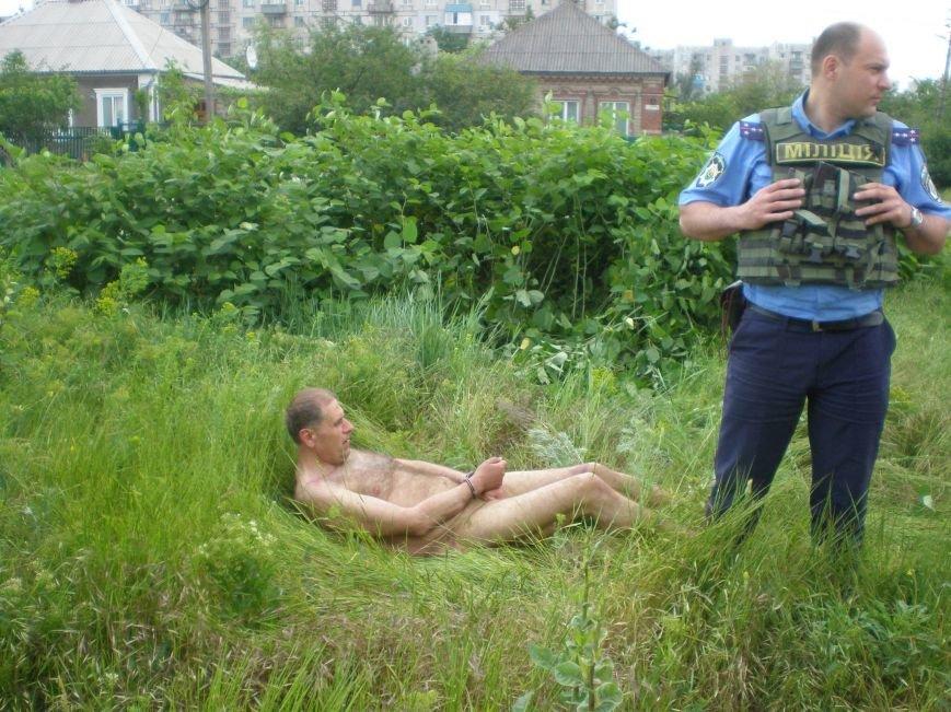В Мариуполе по микрорайону Восточный бегал голый мужчина (ФОТО, 18+), фото-3