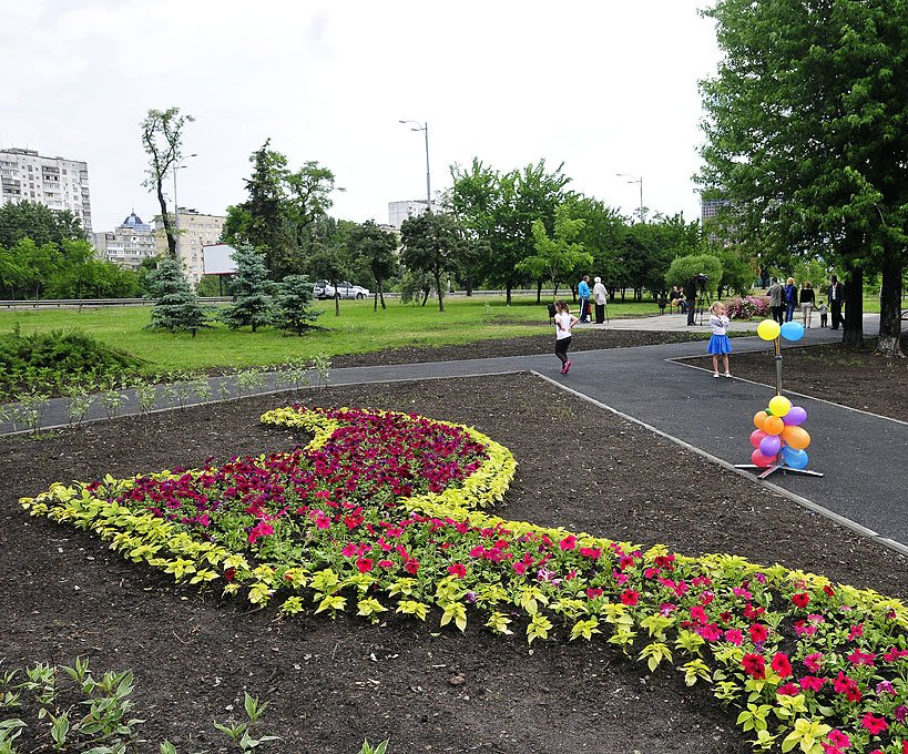 В Киеве на Серафимовича открыли новый сквер (ФОТО) (фото) - фото 1