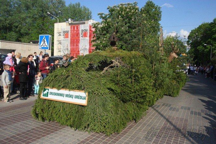Фоторепортаж: в Друскининкае открытие летнего сезона отметили народными гуляниями и выпечкой 4-метровой «елки» (фото) - фото 23