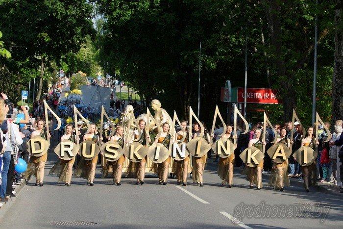Фоторепортаж: в Друскининкае открытие летнего сезона отметили народными гуляниями и выпечкой 4-метровой «елки» (фото) - фото 19