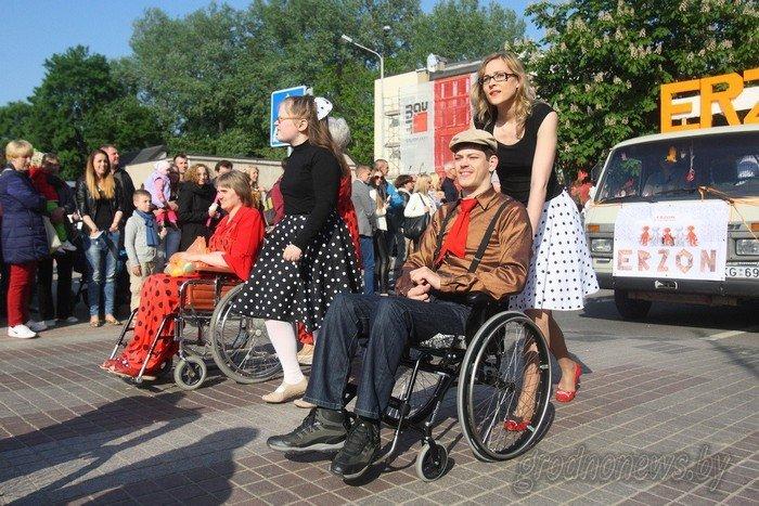 Фоторепортаж: в Друскининкае открытие летнего сезона отметили народными гуляниями и выпечкой 4-метровой «елки» (фото) - фото 25