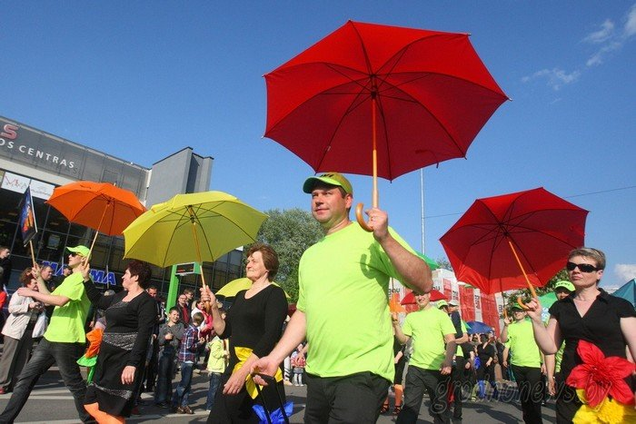 Фоторепортаж: в Друскининкае открытие летнего сезона отметили народными гуляниями и выпечкой 4-метровой «елки» (фото) - фото 27