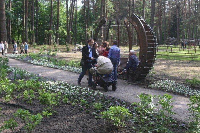 Фоторепортаж: в Друскининкае открытие летнего сезона отметили народными гуляниями и выпечкой 4-метровой «елки» (фото) - фото 15