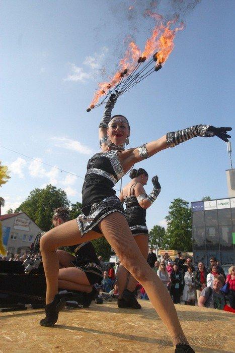 Фоторепортаж: в Друскининкае открытие летнего сезона отметили народными гуляниями и выпечкой 4-метровой «елки» (фото) - фото 26