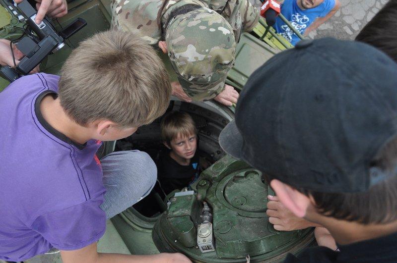 Воспитанники Мариупольского «Пилигрима» побывали в гостях у танкистов «Азова» (ФОТО) (фото) - фото 1