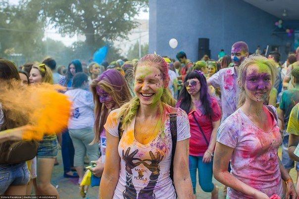 По городу прошли цветные люди. Фотообзор с фестиваля красок (фото) - фото 5
