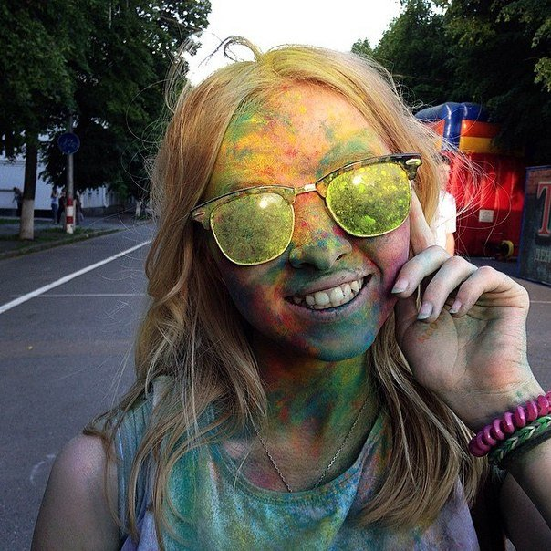 По городу прошли цветные люди. Фотообзор с фестиваля красок (фото) - фото 1