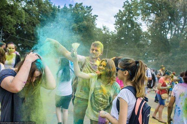 По городу прошли цветные люди. Фотообзор с фестиваля красок (фото) - фото 8