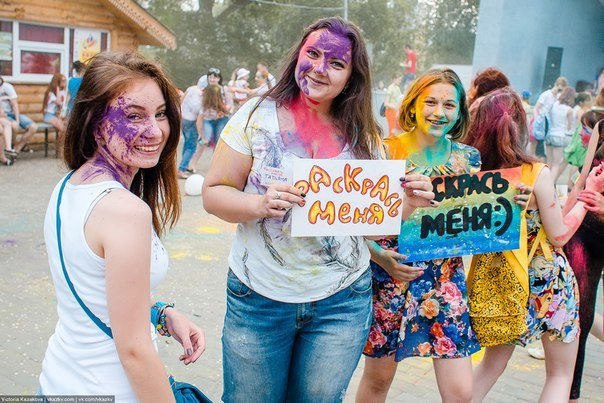 По городу прошли цветные люди. Фотообзор с фестиваля красок (фото) - фото 6