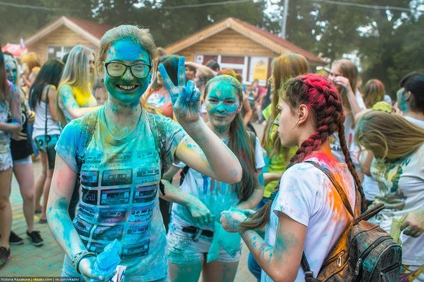 По городу прошли цветные люди. Фотообзор с фестиваля красок (фото) - фото 7