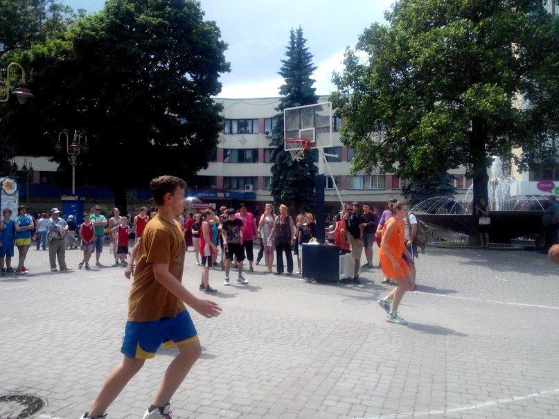 В центрі Івано-Франківська облаштували баскетбольний майданчик (ФОТОФАКТ) (фото) - фото 2