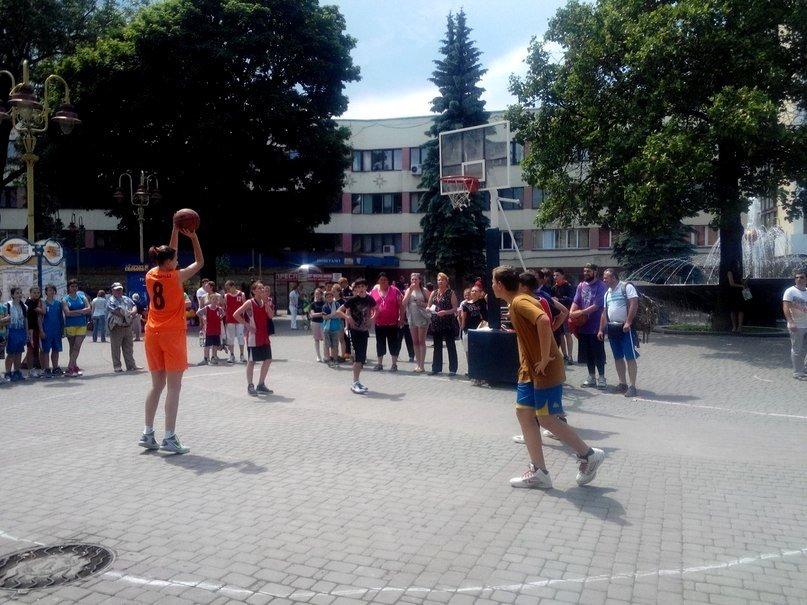 В центрі Івано-Франківська облаштували баскетбольний майданчик (ФОТОФАКТ) (фото) - фото 1