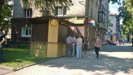 У Тернополі торговий кіоск встановили просто посеред газону (фото) (фото) - фото 1