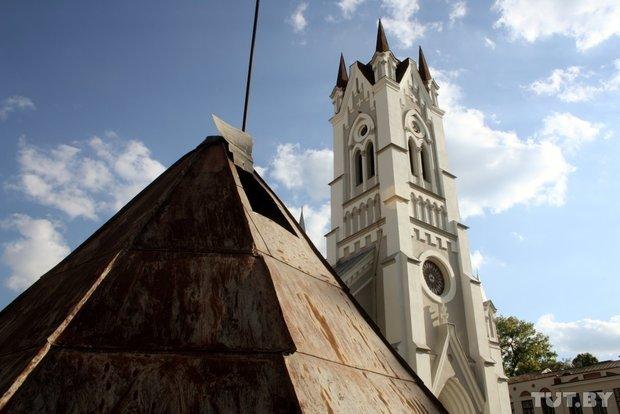 В Гродно на Лютеранскую кирху устанавливают 16-метровый шпиль (фото) - фото 2