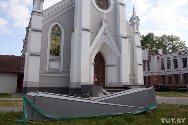 В Гродно на Лютеранскую кирху устанавливают 16-метровый шпиль (фото) - фото 3