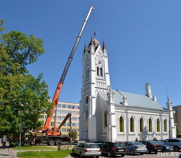 В Гродно на Лютеранскую кирху устанавливают 16-метровый шпиль (фото) - фото 1
