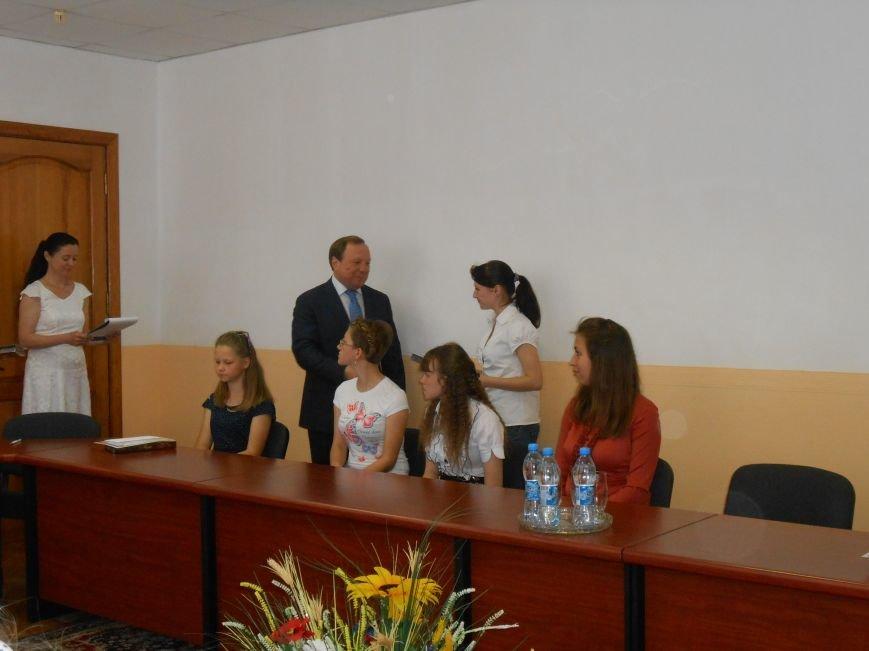В Днепродзержинске детям-сиротам вручили стипендии (фото) - фото 3