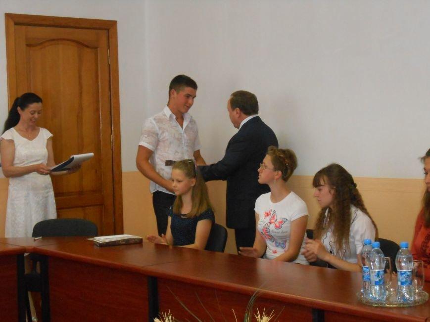 В Днепродзержинске детям-сиротам вручили стипендии (фото) - фото 2