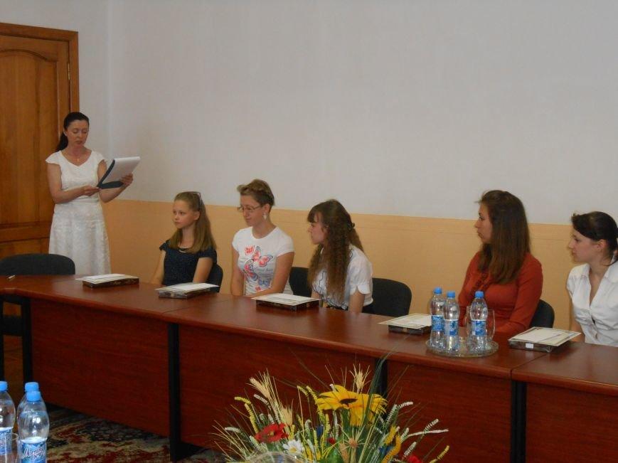 В Днепродзержинске детям-сиротам вручили стипендии (фото) - фото 4