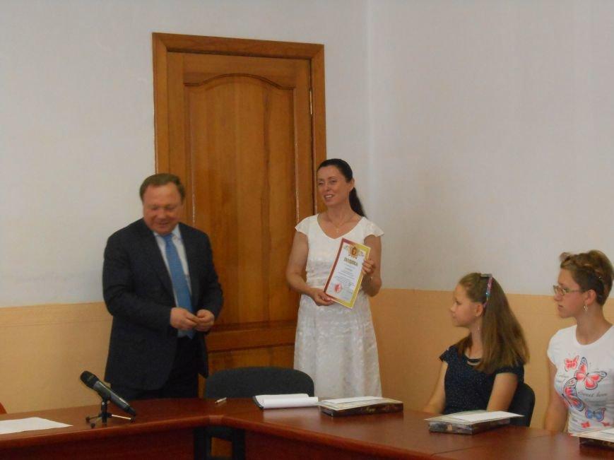 В Днепродзержинске детям-сиротам вручили стипендии (фото) - фото 5
