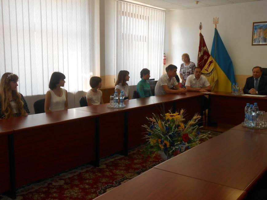 В Днепродзержинске детям-сиротам вручили стипендии (фото) - фото 1