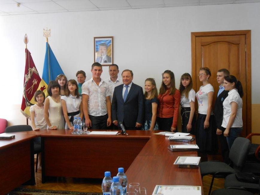 В Днепродзержинске детям-сиротам вручили стипендии (фото) - фото 6