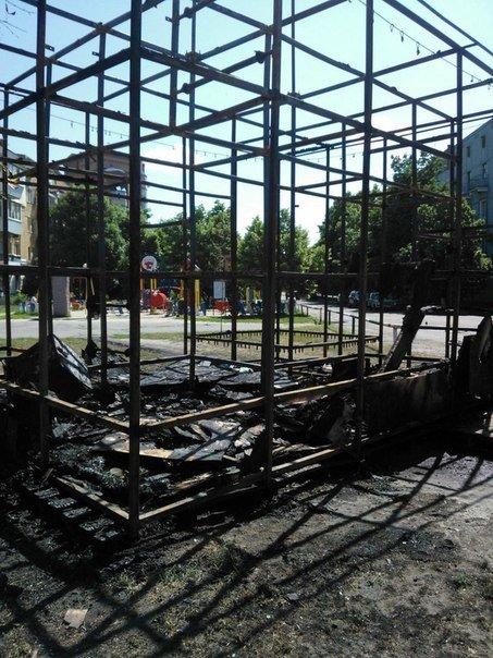 У Полтаві згорів дитячий майданчик-лабіринт (ФОТО) (фото) - фото 1