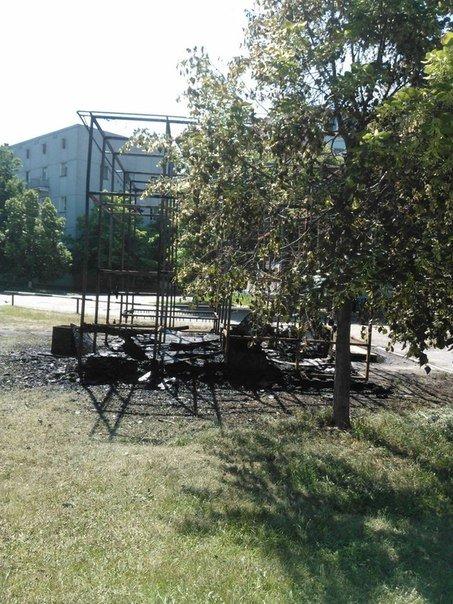 У Полтаві згорів дитячий майданчик-лабіринт (ФОТО) (фото) - фото 3