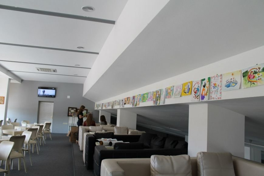 У Кінопалаці проходить виставка дитячих малюнків (фото) - фото 1