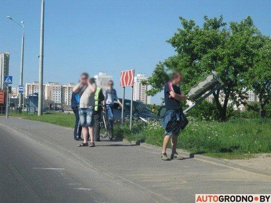 На перекрестке ул. Тавлая и Курчатова автомобиль во избежания столкновения с мусоровозом врезался в светофор (фото) - фото 5