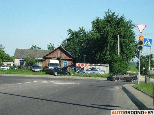 На перекрестке ул. Тавлая и Курчатова автомобиль во избежания столкновения с мусоровозом врезался в светофор (фото) - фото 3