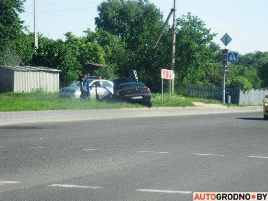 На перекрестке ул. Тавлая и Курчатова автомобиль во избежания столкновения с мусоровозом врезался в светофор (фото) - фото 1