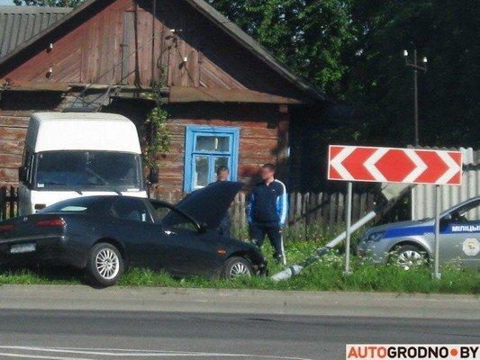 На перекрестке ул. Тавлая и Курчатова автомобиль во избежания столкновения с мусоровозом врезался в светофор (фото) - фото 2