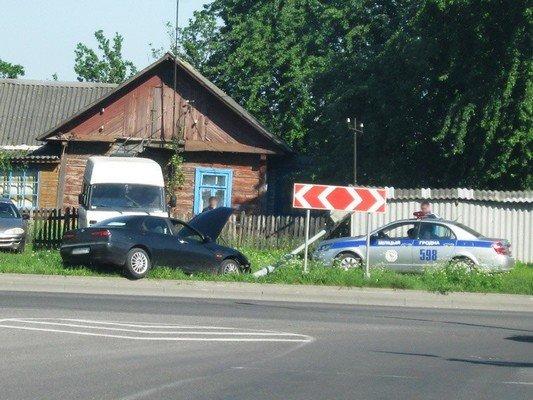 На перекрестке ул. Тавлая и Курчатова автомобиль во избежания столкновения с мусоровозом врезался в светофор (фото) - фото 4
