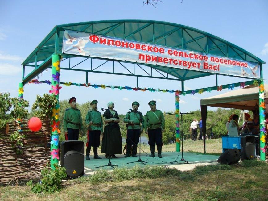 В станице Филоновской Новоаннинского района встретили Святую Троицу (фото) - фото 9