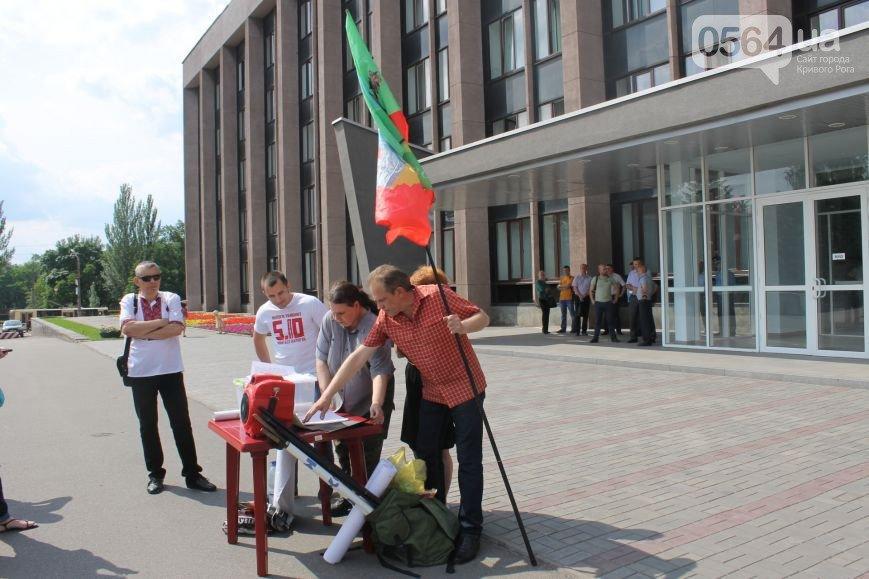 В Кривом Роге: протестовали предприниматели, зэки резали вены из-за ссоры в столовой, мэр поздравил мам с рождением деток в День город (фото) - фото 3