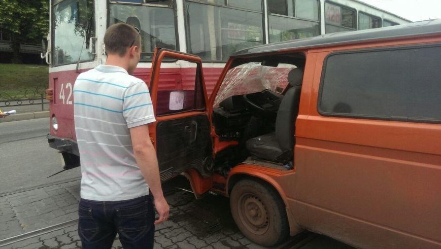 В Кривом Роге водитель микроавтобуса «сильно спешил» и  влетел  в трамвай (ФОТО) (фото) - фото 1
