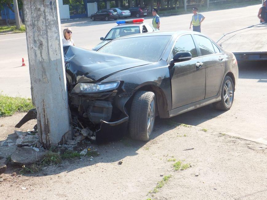 В Кировограде иномарка мощно протаранила электроопору. ФОТО (фото) - фото 1